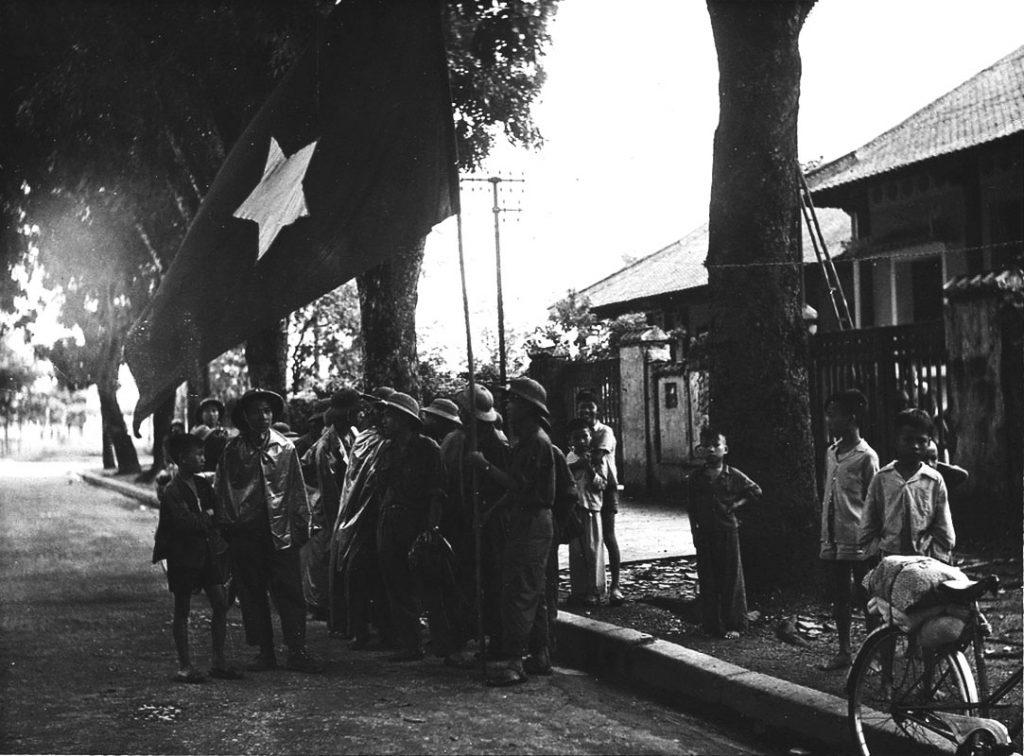 Với thất bại tại Điện Biên Phủ, Pháp buộc phải ký Hiệp định Geneva, đồng thời rút hết quân về nước. Đúng tám giờ ngày 10/10/1954, các đơn vị quân đội nhân dân Việt Nam tiến vào từ 5 cửa ô, tiếp quản Thủ đô sau chín năm bị tạm chiếm.