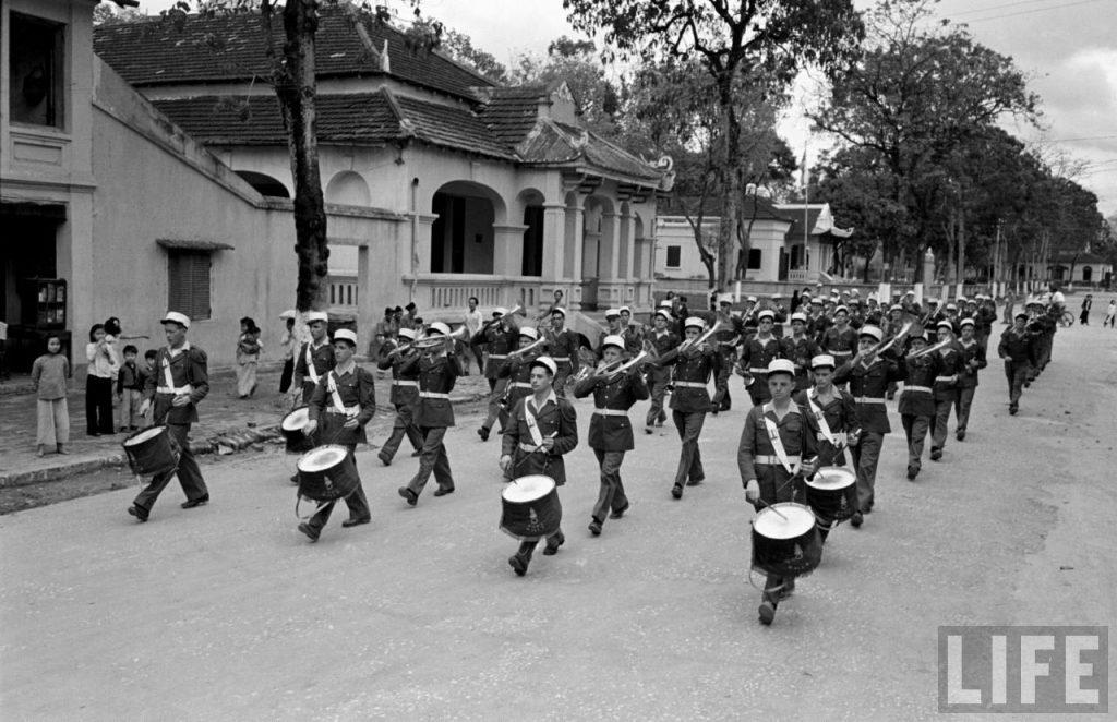 Ban quân nhạc Lê dương Hải ngoại Pháp diễn hành trên con đường chính của Lạng Sơn.