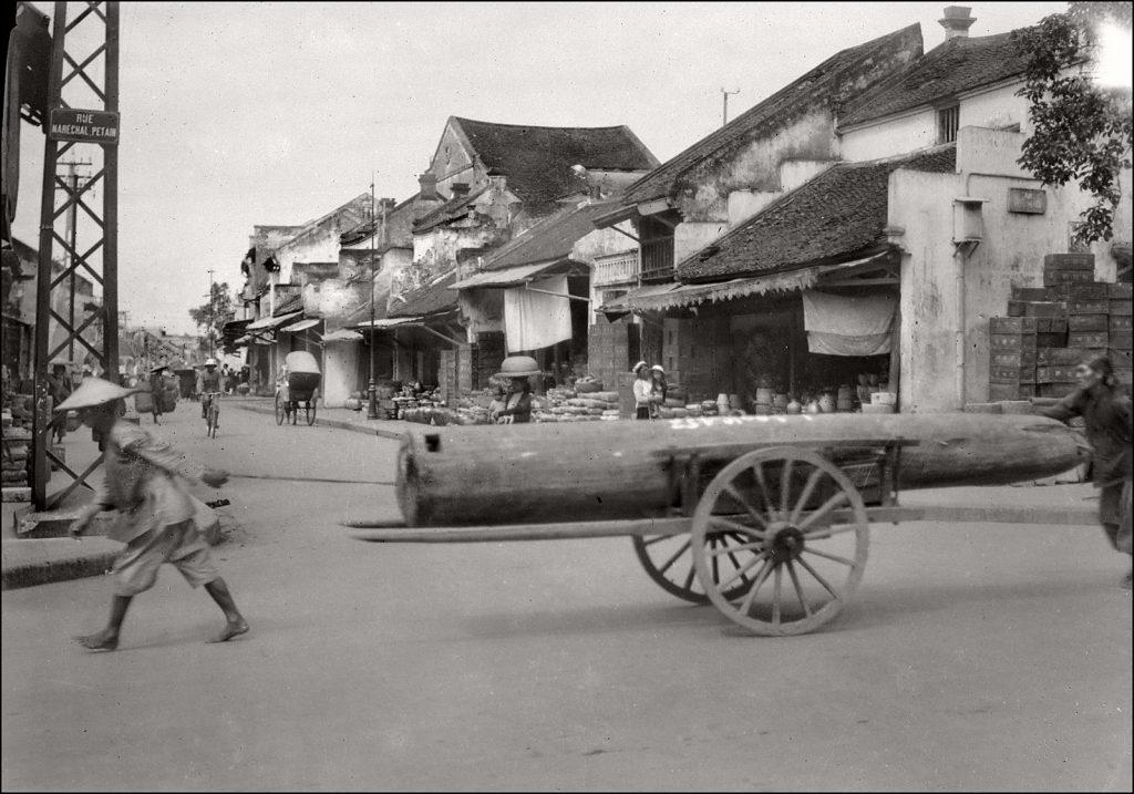 Hà Nội những năm thập niên 30. Ngã tư Phố Nguyễn Hữu Huân (Rue Maréchal Pétain) với Phố Hàng Mắm (Rue de la Saumure). Ảnh: Charles Peyrin