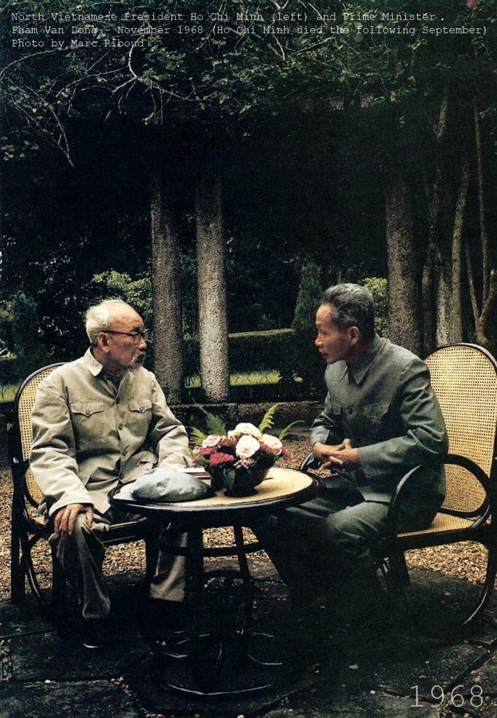 Chủ tịch Bắc Việt Nam Hồ Chí Minh và Thủ tướng Phạm Văn Đồng, hình chụp tại vườn Phủ chủ tịch tháng 11/1968. Ảnh: Marc Riboud