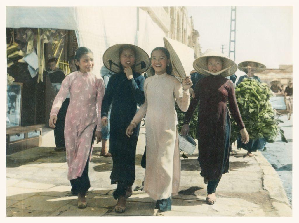 Bốn cô gái trẻ Hà Nội, khoảng năm 1940.