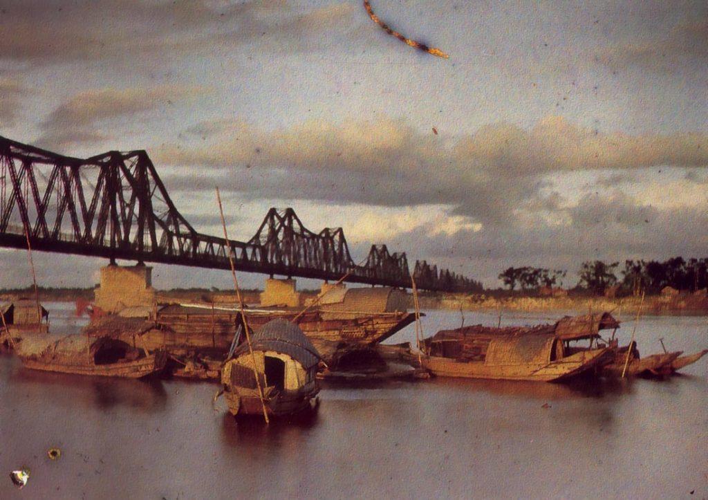 Cầu Long Biên là cây cầu thép đầu tiên bắc qua sông Hồng nối hai quận Hoàn Kiếm với quận Long Biên của Hà Nội, do Pháp xây dựng (1898-1902), đặt tên là cầu Doumer, theo tên của Toàn quyền Đông Dương Paul Doumer