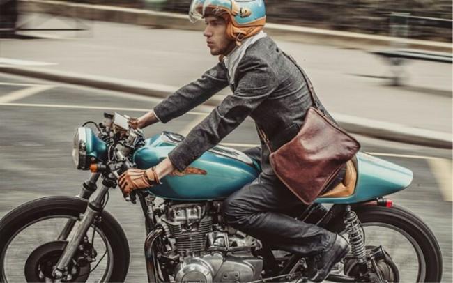 Túi da thì đẹp, nhưng việc gò mình ôm tay lái clip on với Cafe racer trong bộ Suit bó vai có lẽ không phải là một lựa chọn thoải mái.