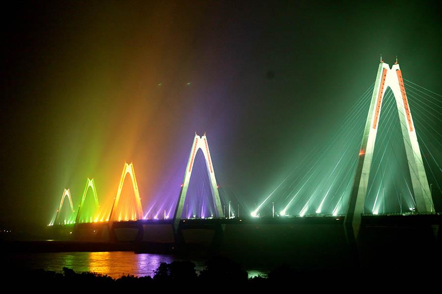 Cầu Nhật Tân vừa thông xe tháng 1/2015 có tổng mức đầu tư hơn 13.600 tỷ đồng, gồm vốn vay từ cơ quan hợp tác quốc tế Nhật Bản – JICA và vốn đối ứng của Chính phủ Việt Nam. Phần chính của cầu gồm dây văng liên tục 5 trụ tháp với tổng chiều dài 1.500 m. Đây là cây cầu lớn thứ 3 bắc qua sông Hồng những năm đầu thế kỷ 21 (sau cầu Vĩnh Tuy và cầu Thanh Trì).