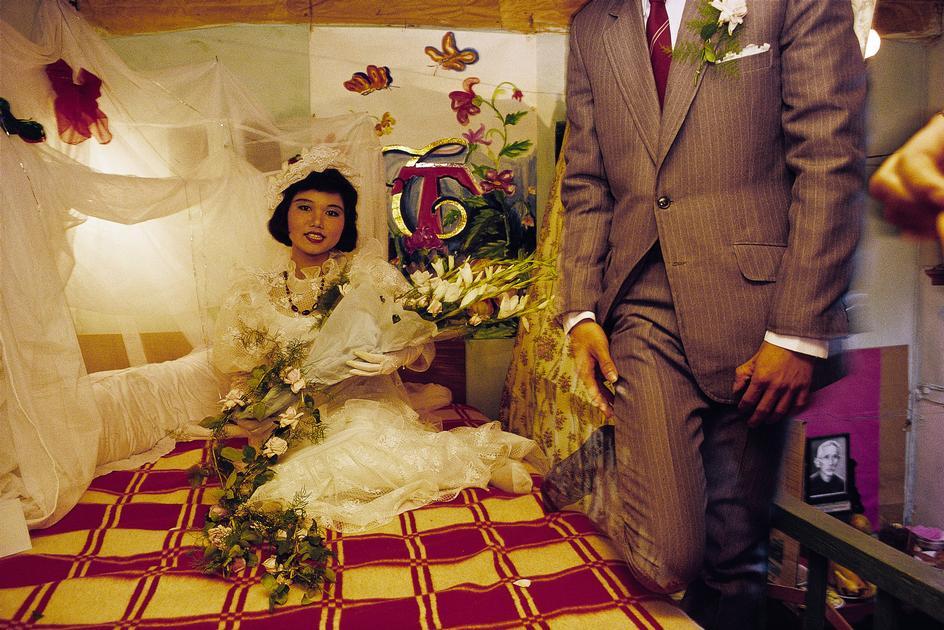 Cô dâu chú rể trước giờ động phòng. Hà Nội 1989. Ảnh: David Alan Harvey