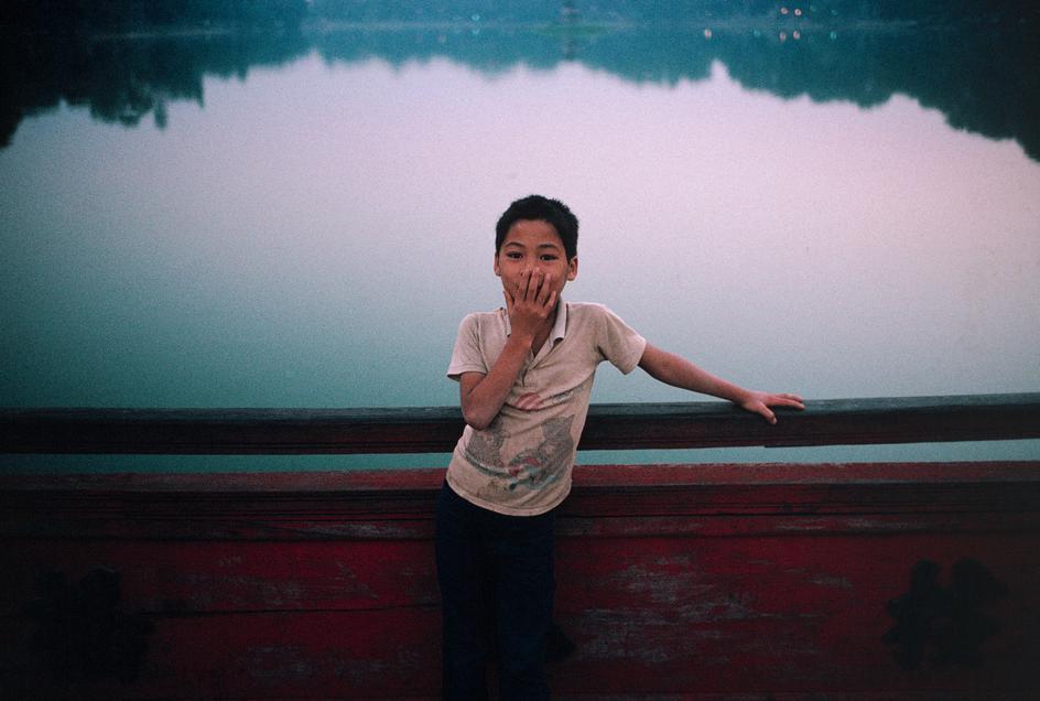 Một cậu bé trên cầu Thê Húc. Hà Nội, 1989. Ảnh: David Alan Harvey