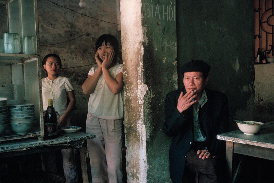 Hà Nội 1989. Chủ một quán ăn và hai con gái. Ảnh: David Alan Harvey