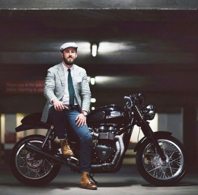 Đàn ông và Motor dường như là hai thứ sinh ra để dành cho nhau. Và dù có là một gã chỉn chu với vest, pha chút cổ điển với mũ bê-rê, hay một gã ưa bụi bặm thích thoải mái với jeans và áo phông đi nữa, vẫn luôn có những chiếc motor phù hợp với hắn.