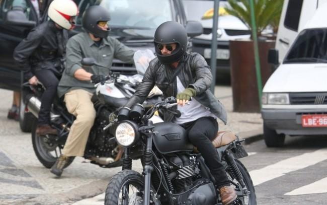 Nói đến phong cách Biker, không đâu xa hãy học tập Beck. Layering giữa biker jacket và áo phông trắng, cùng với biker jeans, boots và mũ full-face classic cùng tông đen. Đơn giản mà đẹp.