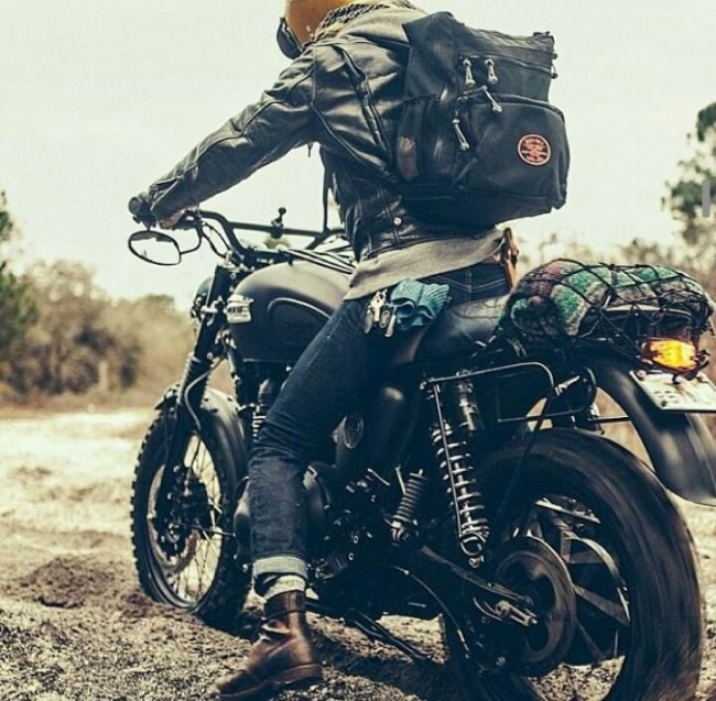 Phong cách Biker về cơ bản chỉ cần thế này. Jacket da, quần jeans, boots da cùng một chiếc khăn quấn cổ. Đơn giản, tiện dụng mà vẫn đẹp.