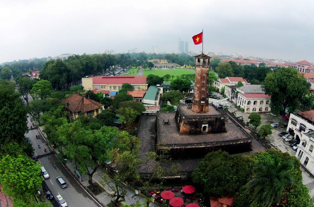 Cột cờ Hà Nội nằm trên đường Điện Biên Phủ (quận Ba Đình), được xây dựng năm 1812 trên phần đất phía nam của Hoàng thành Thăng Long dưới thời Vua Gia Long triều Nguyễn. Đây là một trong số ít những công trình kiến trúc thuộc khu vực thành Hà Nội may mắn thoát khỏi sự phá hủy do chính quyền đô hộ Pháp tiến hành trong ba năm 1894 -1897. Toàn bộ cột cờ cao hơn 33m. Tính cả trụ treo cờ thì cao hơn 41m gồm ba tầng đế và một thân cột. Các tầng đế hình chóp vuông cụt, nhỏ dần, chồng lên nhau, xung quanh xây ốp gạch. Từ ngày xây dựng đến nay, cột cờ Hà Nội đã trên 200 tuổi. Read more: http://forum.vietdesigner.net/threads/chum-anh-canh-dep-ha-noi-qua-goc-may-dac-biet.53526/#ixzz3RlWHwmZN