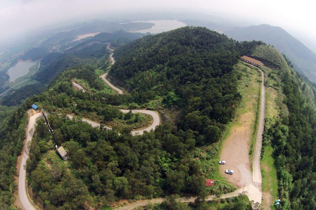 Đường lên đỉnh núi Đá Chồng thuộc xã Phù Linh, huyện Sóc Sơn (Hà Nội) trong một ngày nắng.