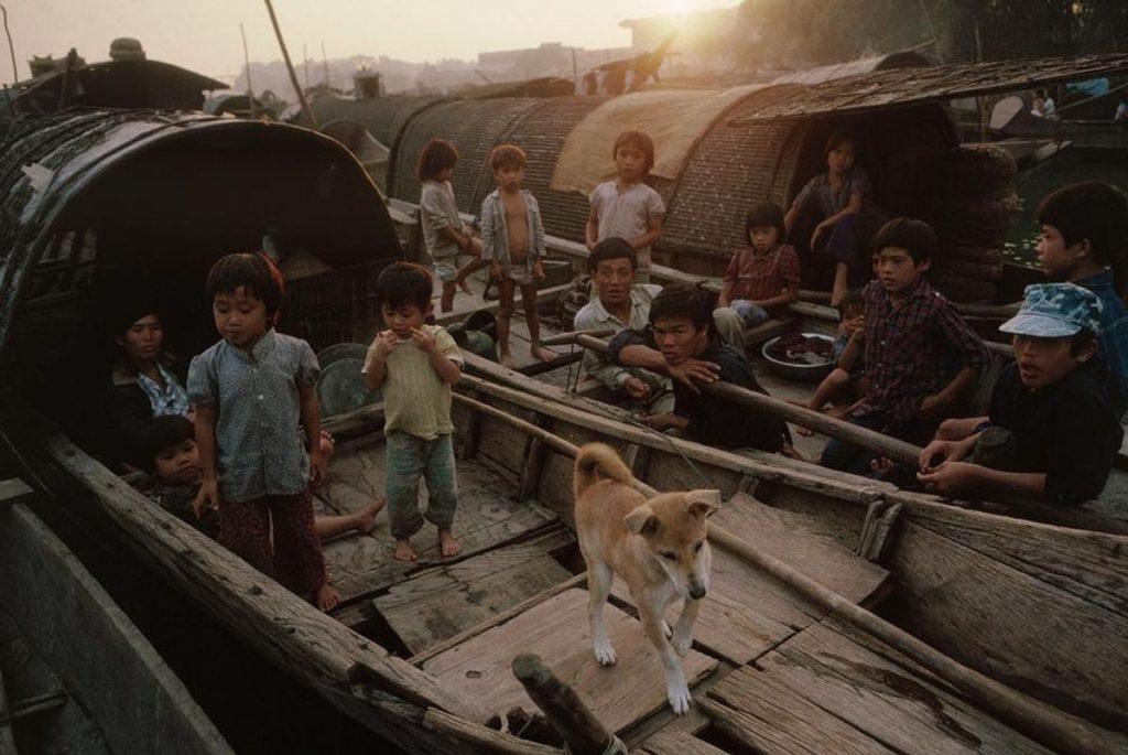 Những bức ảnh của nhiếp ảnh gia David Alan Harvey ở Việt Nam 1989 là vào thời kỳ Đổi Mới - một chương trình cải cách kinh tế và một số mặt xã hội do Đảng Cộng sản Việt Nam khởi xướng vào thập niên 1980. Chính sách Đổi Mới được chính thức thực hiện từ Đại hội đại biểu Đảng Cộng sản Việt Nam lần VI, năm 1986. Đổi Mới về kinh tế được thực hiện trước tiên. Trong những năm đầu thế kỷ 21, Việt Nam mới bắt đầu thực hiện Đổi Mới trên các mặt khác: xã hội, chính trị, tư duy, cơ chế, văn hóa... Tuy nhiên chính trị không có những thay đổi nhiều so với Kinh tế.