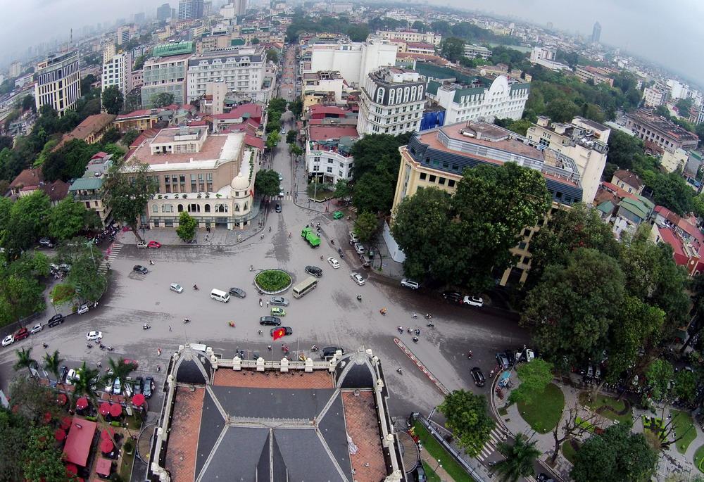 Quảng trường Cách mạng tháng Tám nằm ở trước cửa Nhà hát Lớn thuộc phường Tràng Tiền, quận Hoàn Kiếm. Nơi đây ngày 19/8/1945 từng diễn ra cuộc mít tinh lớn biến thành cuộc biểu dương lực lượng và hoạt động vũ trang cướp chính quyền, mở đầu cuộc tổng khởi nghĩa Cách mạng tháng Tám trên cả nước.