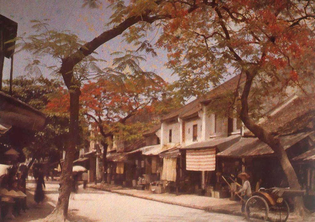 """Tinsmiths' Street (phố Hàng Thiếc), Hà Nội, 1915.Nối từ cuối phố Hàng Bồ đến phố Hàng Nón, nguyên là đất thôn Yên Nội. Ngày nay phố này là nơi tập trung các nhà sản xuất những mặt hàng bằng tôn, kẽm, sắt tây và gương soi. Trước thời Pháp thuộc thì phố này là nơi sản xuất và bày bán các loại hàng đúc bằng thiếc như cây đèn, cây nến, lư hương, ấm, khay đựng chén ... Vì vậy mà có tên là phố Hàng Thiếc. Phố Hàng Thiếc và phố Hàng Nón cùng là đất thôn Yên Nội, cho nên đình thôn Yên Nội ở số 42 Hàng Nón mà đền thờ ông tổ nghề thiếc cũng là ở phố Hàng Nón (số 2). Tên phố này thời Pháp thuộc là """"phố thợ thiếc"""" (rue des Ferblamctiers)"""