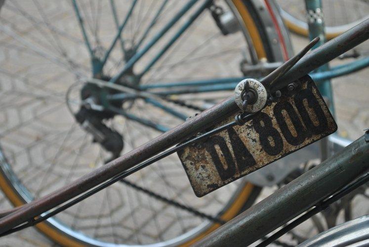 """'Một yêu anh có Sen-kô (đồng hồ đeo tay hiệu Seiko) / Hai yêu anh có Pơ - giô cá vàng (xe đạp Peugeot màu cá vàng) / Ba yêu anh có téc gang (quần vải téc) / Bốn yêu hộ tịch rõ ràng Thủ đô'. Xe đạp trở thành một trong những tiêu chí chọn chồng của các cô gái thời đó. Những thanh niên """"mới lớn"""" coi xe đạp là thứ đồ hàng hiệu!"""