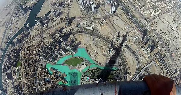 Trên đỉnh tháp Burj Khalifa, tòa tháp cao nhát thế giới hiện nay ở Dubai (828 mét).