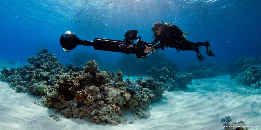 Google Street View dưới nước. Ảnh chụp ở Rạn san hô Great Barrier (Đại Bảo Tiều) là hệ thống đá ngầm san hô lớn nhất thế giới,[1][2] bao gồm khoảng chừng 3.000 tảng đá ngầm riêng rẽ và 900 hòn đảo, kéo dài khoảng 2.600 km, bao phủ một vùng có diện tích xấp xỉ 344.400 km2.[3][4] Phần đá ngầm nằm ở khu vực Biển San Hô, cách bờ biển Queensland về hướng đông bắc Úc.