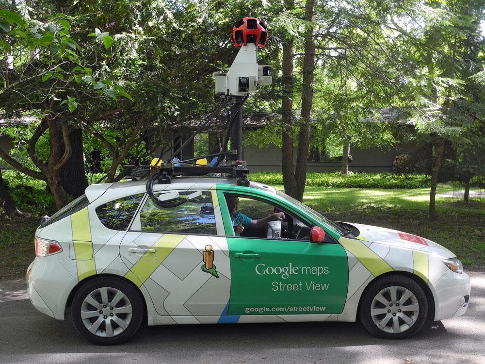Ô-tô vẫn là phương tiện ghi hình chính của Google Street View. Trên mỗi xe có hệ thống tự động vận hành không cần lái xe phải bận tâm như GPS, máy ảnh với 15 ống kính để ghi được hình ảnh 360 độ, máy tính để xử lí và cập nhật ảnh, bộ cảm biến đo tốc độ và khoảng cách xe...