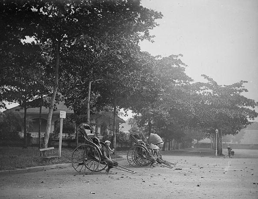 SAIGON 1900s - Bến xe kéo tay Saigon (Cochin China, Indo-China, today Vietnam). A station of rickshaw, 1901-1905. (Photo by LL/Roger Viollet/Getty Images)