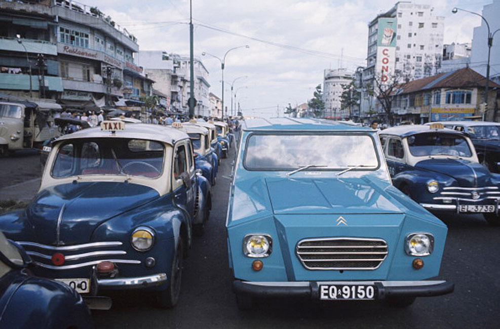 Indochina 20 Years After. Au Vietnam, en juin 1974, dans une rue de Saigon, une 2CV CITROEN DALAT, entourée de taxis. (Photo by Jack Garofalo/Paris Match via Getty Images) Stan Middleton, patrick lechevallier and 7 more people faved this Out to Lunch 2mo Citroen developed the idea to produce cars in the French colonies and overseas territories without having to invest in expensive stamping machines. Hence the square look.
