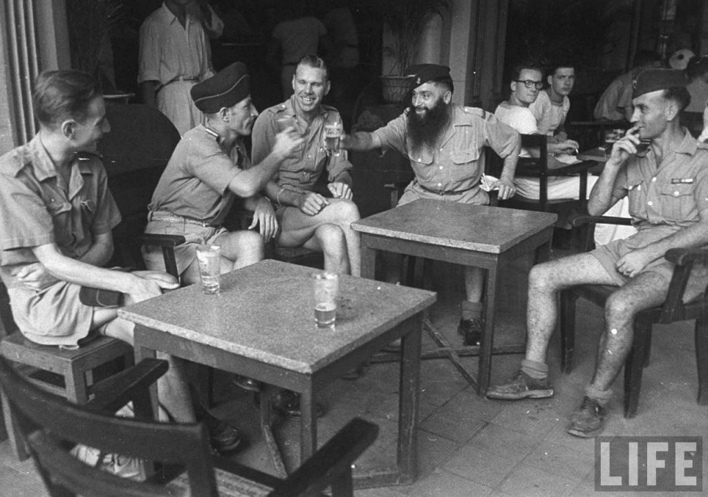 SAIGON 1948 - Binh lính Pháp ngồi café vỉa hè French soldiers sitting in sidewalk cafe, in French Indochina Date taken: July 1948 Photographer: Jack Birns
