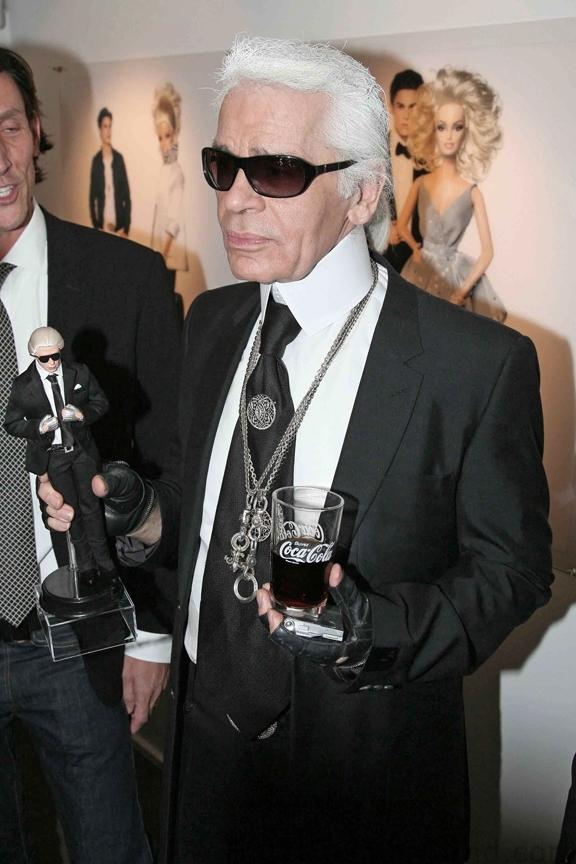 Nhà thiết kế Karl Lagerfeld bên hình tượng Barbie của chính mình.