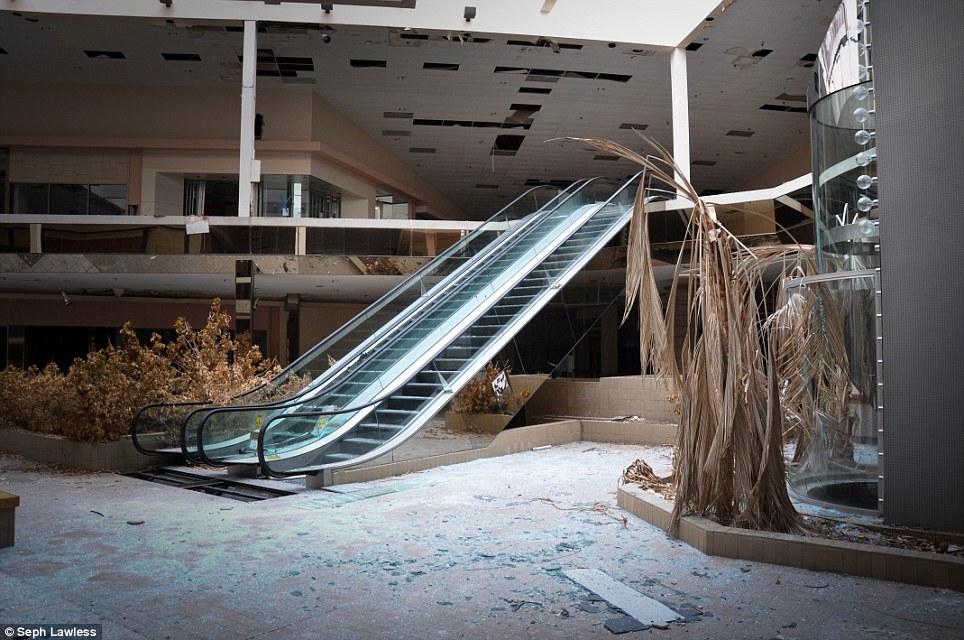 2030. Một nửa trung tâm mua sắm của Mỹ hiện nay ngừng hoạt động, do nhu cầu mua sắm trên mạng ngày càng tăng cao.