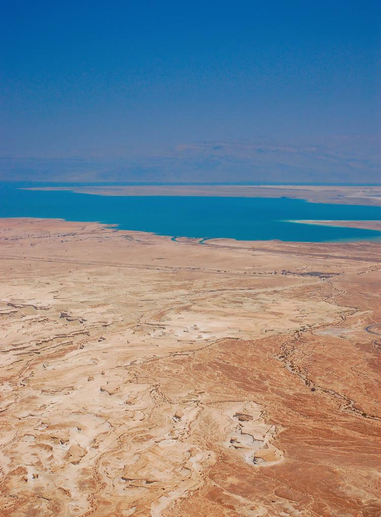 2049. Biển Chết nằm trên biên giới giữa Bờ Tây Israel và Jordan, trên thung lũng Jordan. Khu vực chứa nước bị hãm kín này có thể coi là một hồ chứa nước có độ mặn cao nhất trên thế giới (20% muối khoáng - cao gấp 6 lần biển bình thường, khiến cho nơi đây không hề có sự sống nào ngoài một số loại vi khuẩn). Biển Chết dài 76 km, chỗ rộng nhất tới 18 km và chỗ sâu nhất là 400 m. Bề mặt biển Chết nằm ở 417,5 m dưới mực nước biển, điểm thấp nhất trên mặt đất. Đến cuối thập kỷ 2040, Biển Chết gần như đã biến mất khỏi bản đồ.