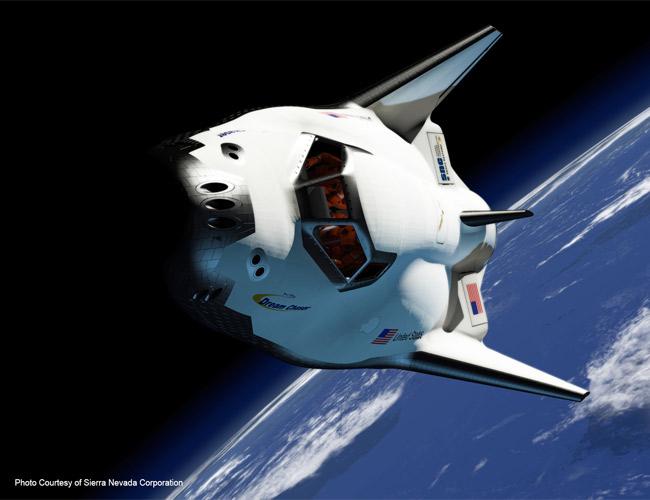 2017: Chuyến bay có người lái đầu tiên của tàu vũ trụ bảy chỗ Dreamchaser, chấm dứt thời kỳ Mỹ phụ thuộc việc đưa người lên trạm ISS vào người Nga.