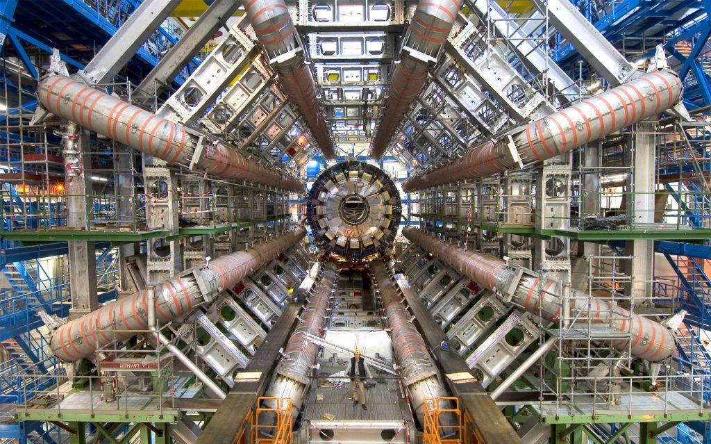 2035-2070: máy gia tốc hạt siêu lớn đi vào hoạt động, đây là phiên bản kế thừa của máy gia tốc hạt lớn bây giờ. Large Hadron Collider (LHC) là cỗ máy gia tốc hạt lớn nhất thế giới vào thời điểm 2015 hiện nay. Nhiệm vụ của cỗ máy dài 27 km này là gia tốc cho các hạt nguyên tử đạt đến tốc độ đủ lớn và cho chúng đâm vào nhau để các nhà khoa học có thể quan sát những vụ va chạm này. Từ đó mà các nhà khoa học có thể hiểu rõ hơn bản chất của một số vấn đề bí ẩn trong vũ trụ, như vật chất tối cũng như sự hình thành của vũ trụ. Máy gia tốc hạt siêu lớn sẽ là một cuộc cách mạng trong vật lý giúp con người hiểu rõ hơn về vật chất tối, năng lượng tối, siêu đối xứng và lý thuyết dây.