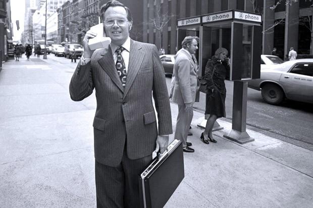 Chiếc máy điện thoại di động đầu tiên của thế giới, DynaTAC trong tayphó chủ tịch tập đoàn Motorola John F. Mitchell  năm 1973. DynaTAC nặng 1,2kg và dài 22,8cm.