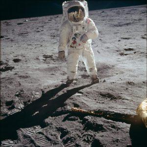 Bức ảnh huyền thoại chụp Buzz Aldrin đang bước đi chập chững trên Mặt Trăng.