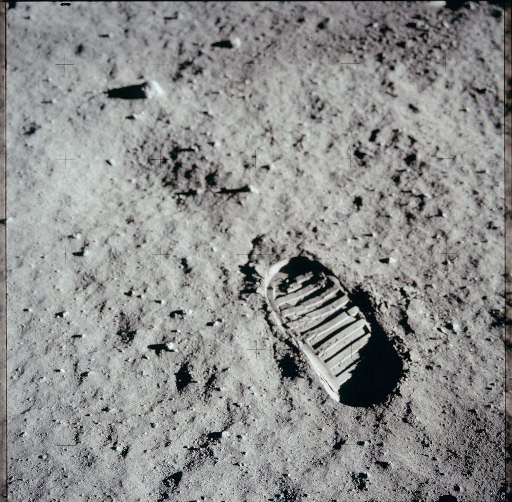 """Vết chân của Buzz Aldrin của thí nghiệm nghiên cứu bề mặt Mặt Trăng, một trong những bức ảnh lịch sử. """"Một bước nhỏ của một người đàn ông, nhưng là bước nhảy vọt của nhân loại""""."""