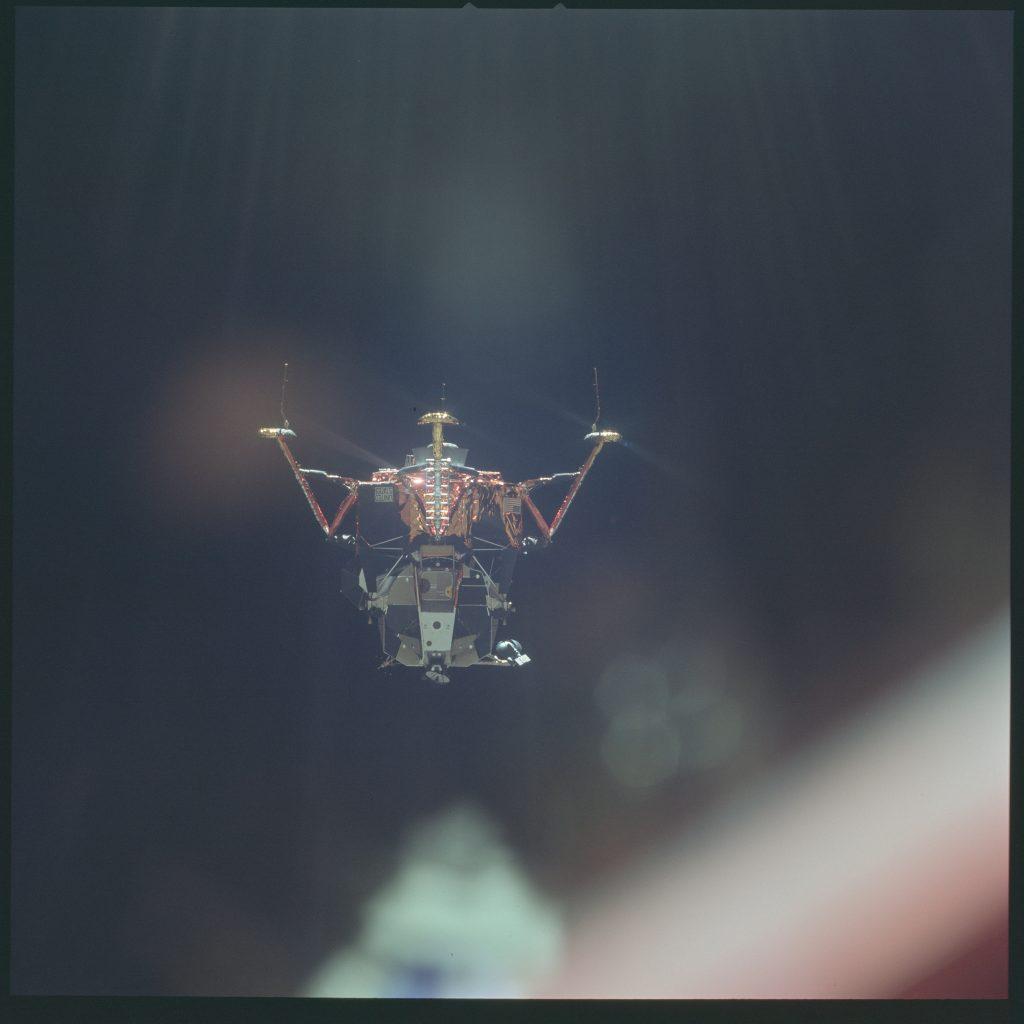 Mô-đun Mặt Trăng, hay còn được gọi tên là Đại Bàng (Eagle). Khi Apollo bay đến quỹ đạo Mặt Trăng, Eagle sẽ được tách ra để đưa Armstrong và Buzz Aldrin đáp xuống bề mặt.