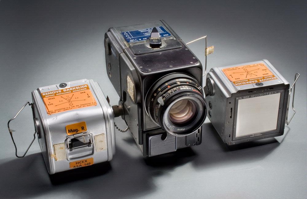 Chiếc máy Hasselblad được Neil Armstrong sử dụng. Bên cạnh là hai cuộn phim.