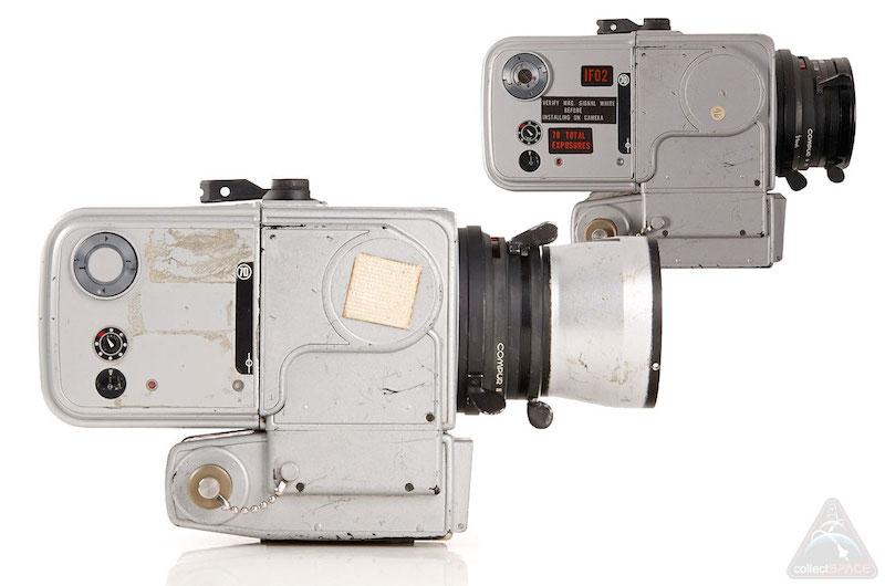 Một trong bốn chiếc Hasselblad quay về được Trái Đất, được bán đấu giá với giá 660 nghìn €. Những chiếc máy này được Hasselblad thiết kế riêng cho NASA dựa trên thân máy 500EL.