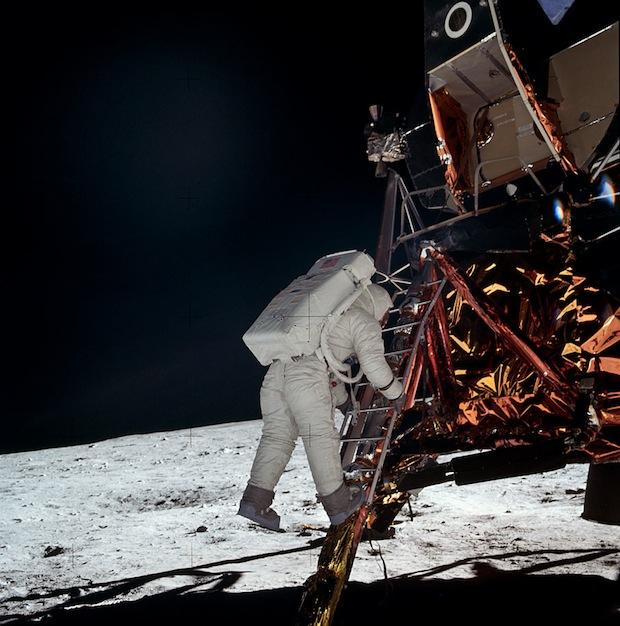 Buzz Aldrin bước những bước đầu tiên xuống Mặt Trăng, Apollo 11.