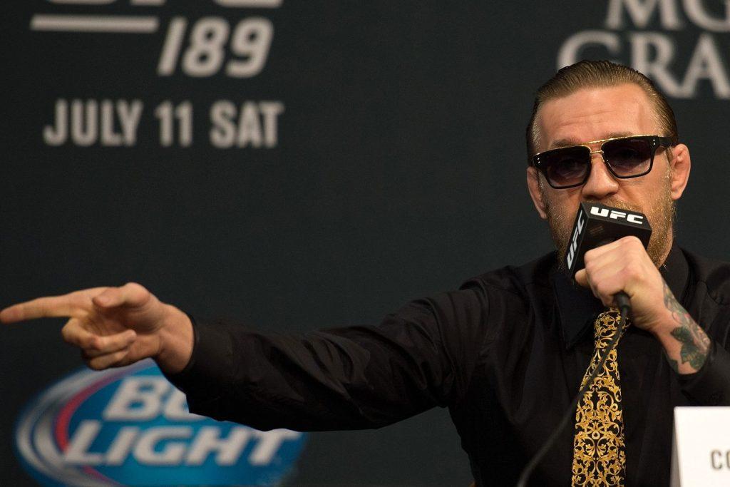 Với McGregor, một chiếc cravat trơn hoặc hoa văn chìm trên nền áo đen tuyền là không thích hợp với tính cách ngôn cuồng của anh...